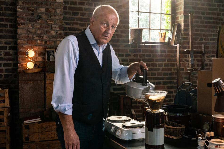 Wilsbergs (Leonard Lansink, 65) Übergangswohnung ist eine alte Halle, die er notdürftig eingerichtet hat. In der improvisierten Küche darf natürlich die Kaffeemaschine nicht fehlen.
