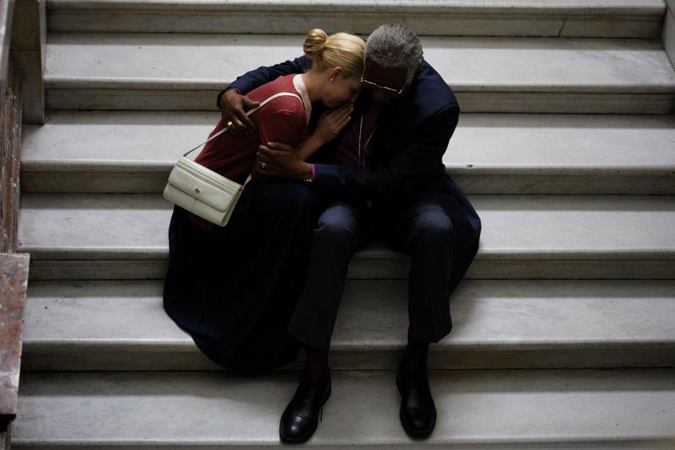 Friedensnobelpreisträger Desmond Tutu (Forest Whitaker,r.) kämpft für Menschlichkeit, Aufarbeitung schrecklicher Geschehnisse und gegen Ungerechtigkeit.