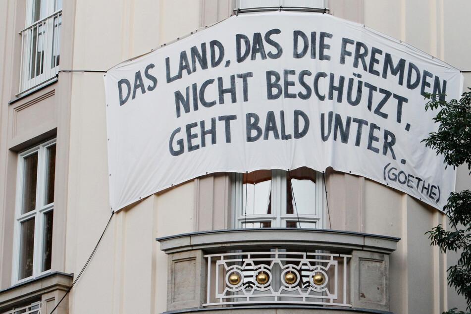 """Auf dem Höhepunkt der Flüchtlingskrise hängt an der Fassade des Schauspiels Leipzig ein Transparent mit dem Goethe-Zitat """"Das Land, das die Fremden nicht beschützt, geht bald unter."""""""