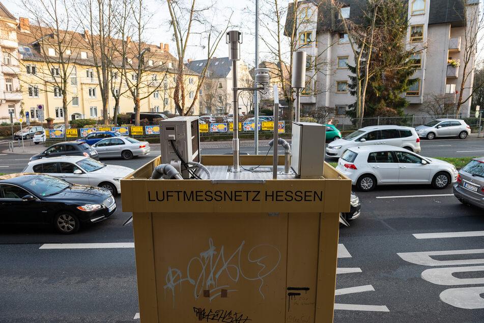 Autos fahren an einer Luftmessstation des Luftmessnetz Hessen am Straßenrand der Schiersteiner-Straße in Wiesbaden vorbei.