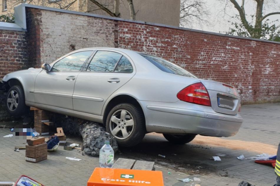 Rentner verliert Kontrolle über seinen Mercedes und tötet Passantin