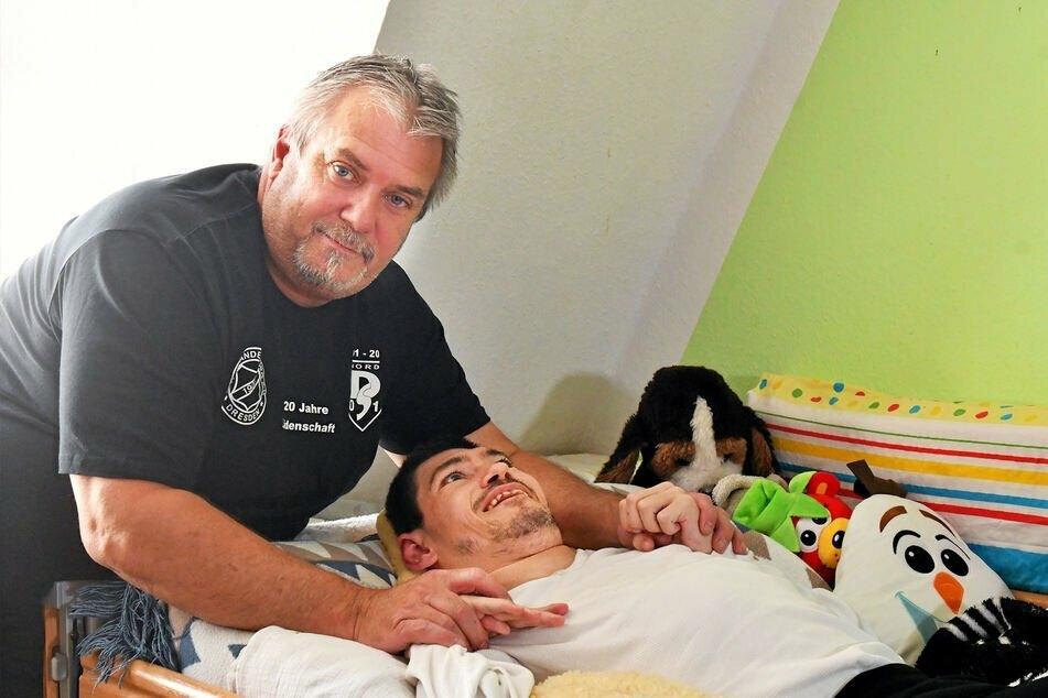 Wünscht sich Unterstützung bei der Pflege! Maik Hebenstreit (55) kümmert sich bereits seit Monaten selbst um seinen Sohn Robert (35), da dessen Betreuungsstätte nur im Notbetrieb läuft.