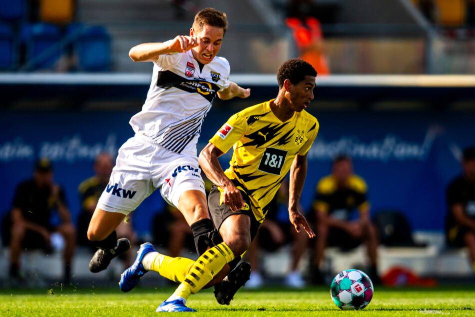 Jude Bellingham (r.) gab sein Debüt für den BVB und beeindruckte dabei mit Zweikampfhärte, Spielübersicht und starken Pässen nachhaltig. Hier setzt er sich gegen Altachs Aljaz Casar durch.