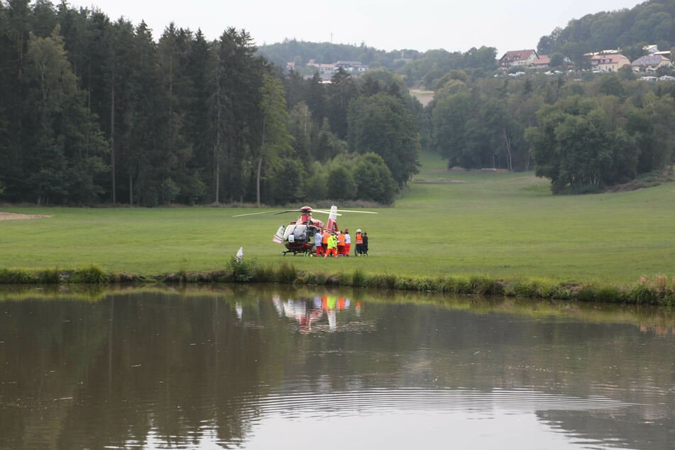 Das Unfallopfer wurde von alarmierten Rettungskräften mit einem Hubschrauber in ein Krankenhaus gebracht.
