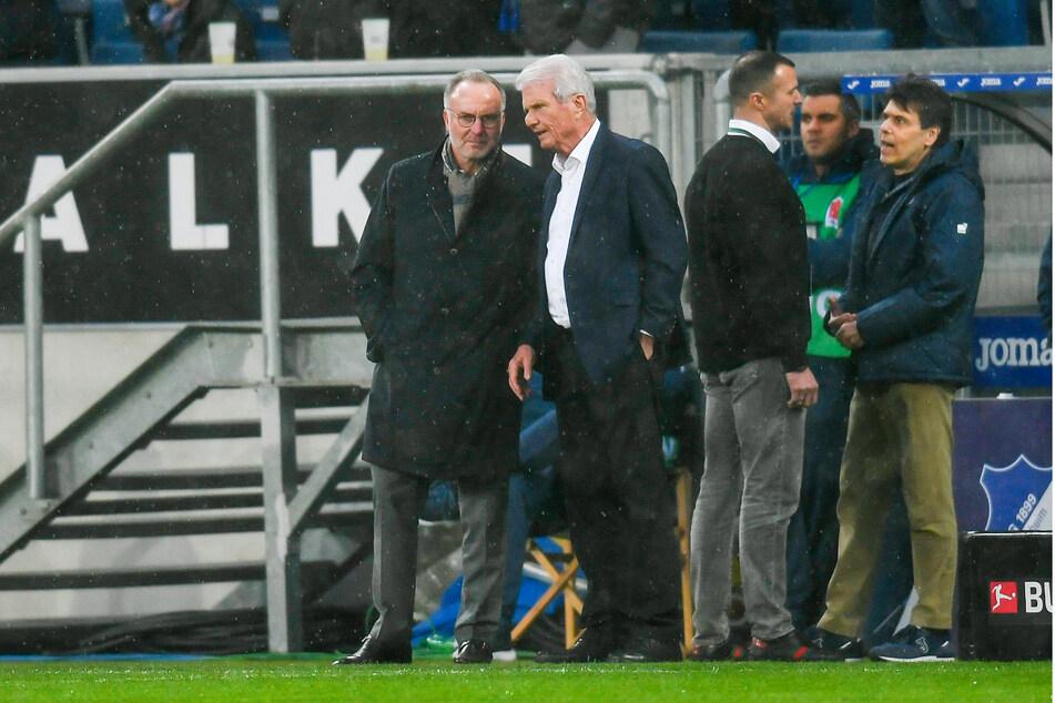 Karl-Heinz Rummenigge (65, l.), Vorstandschef vom Bayern München, und Dietmar Hopp (80), Mäzen des TSG 1899 Hoffenheim, stehen nach der Spielunterbrechung am 29. Februar 2020 am Spielfeldrand.