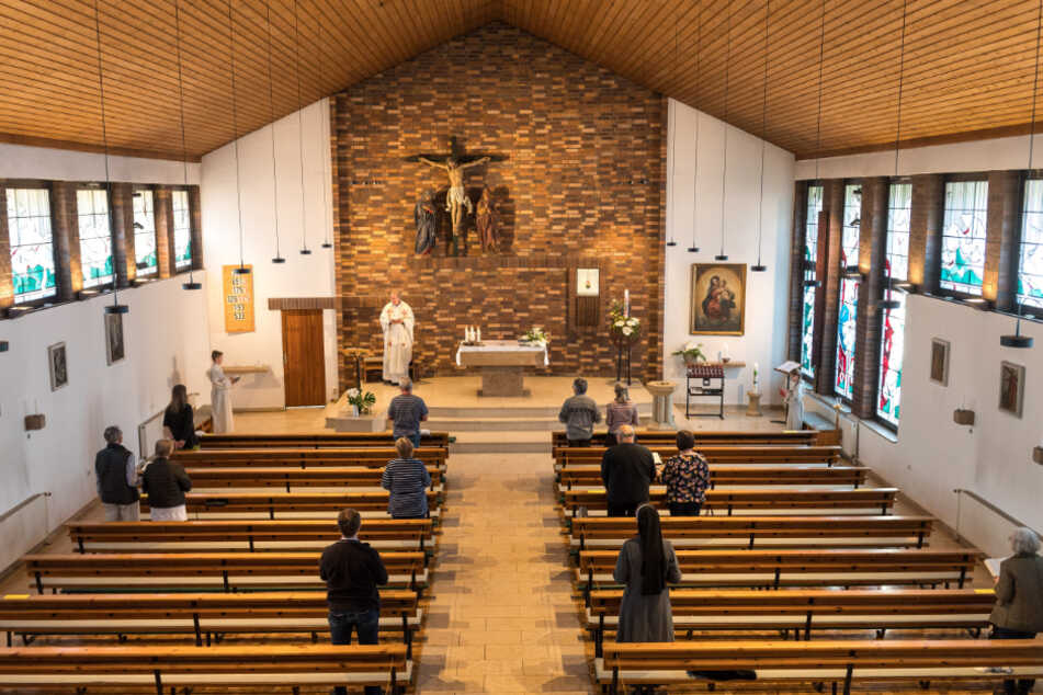 Mit Sicherheitsabstand und in kleiner Runde: Die Abendgebete der drei katholischen Kirchen im Südosten (hier in Zschachwitz) finden unter den Auflagen des Freistaats statt.