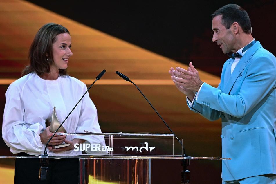 Da applaudierte auch Moderator Kai Pflaume (54): Claudia Michelsen (52) gewann den Preis in der Kategorie Schauspiel.