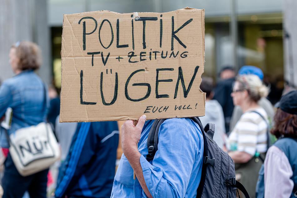 """Ein Demonstrationsteilnehmer der """"Querdenker"""" in Hamburg."""