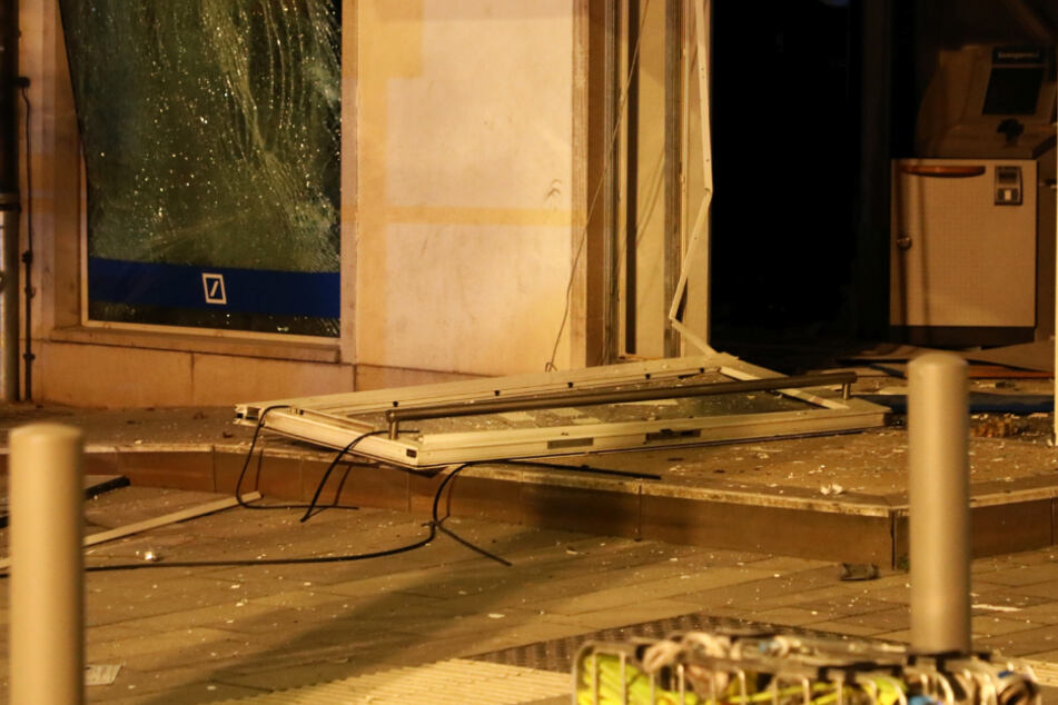 Eine Filiale der Deutschen Bank in Rüsselsheim wurde durch eine Explosion verwüstet.