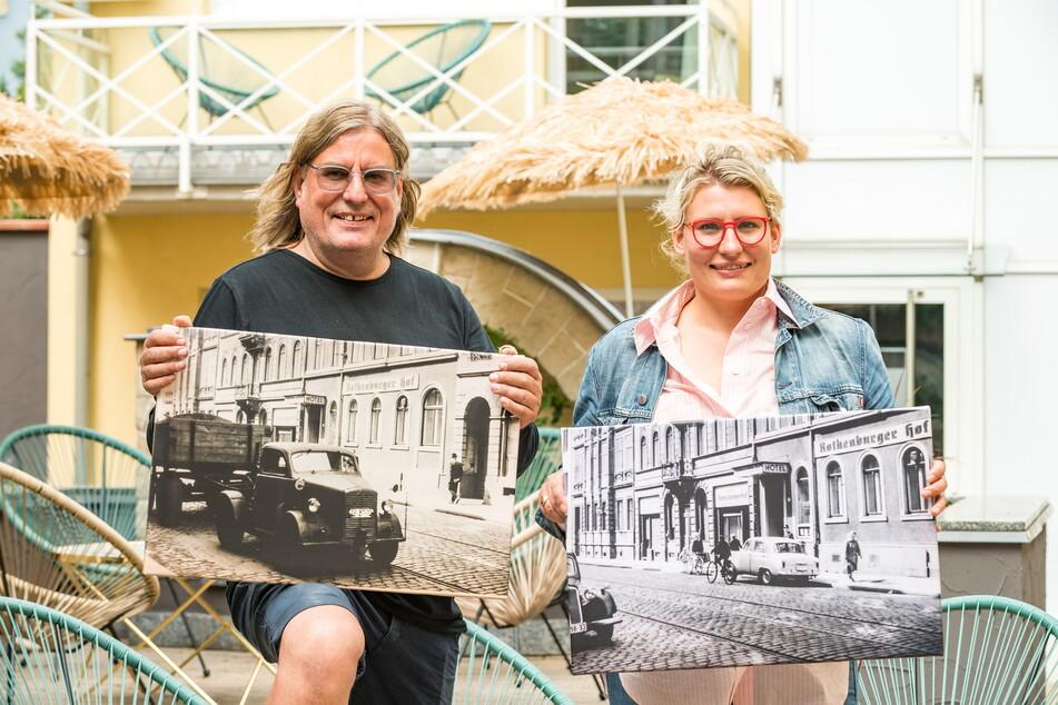 Ferenc Weidel (57) und seine Tochter Luisa Eggenhofer (31) zeigen im Hotelhof historische Fotografien des Hauses.