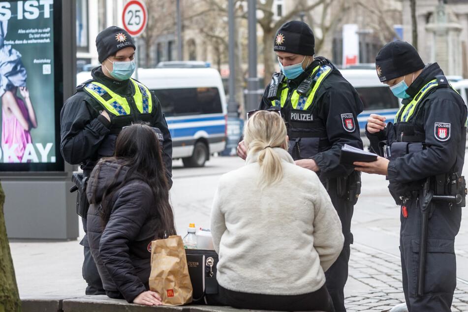 Polizisten kontrollieren die Maskenpflicht in der Hamburger Innenstadt.