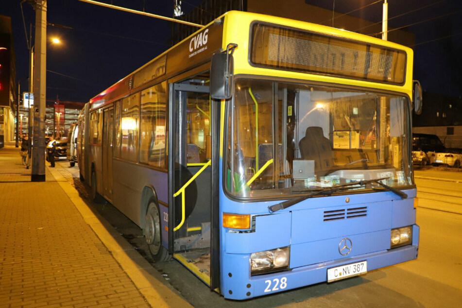 In einem Nachtbus wurde ein Fahrgast handgreiflich. (Symbolbild)