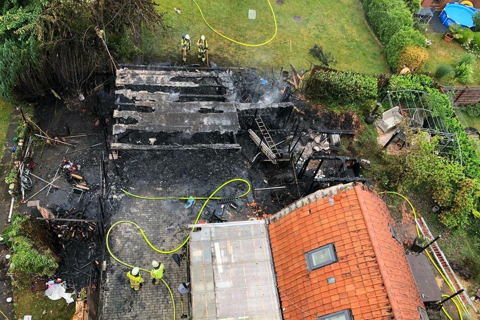 Der abgebrannte Carport nach den Löscharbeiten der Feuerwehr.