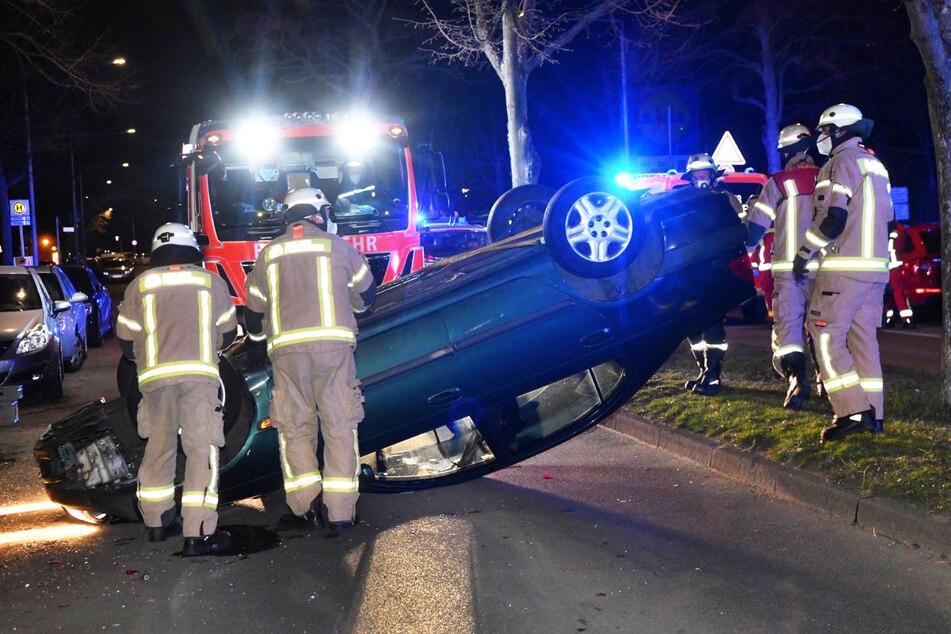 Unfall in Neukölln: Toyota überschlägt sich, doch wo sind die Insassen?