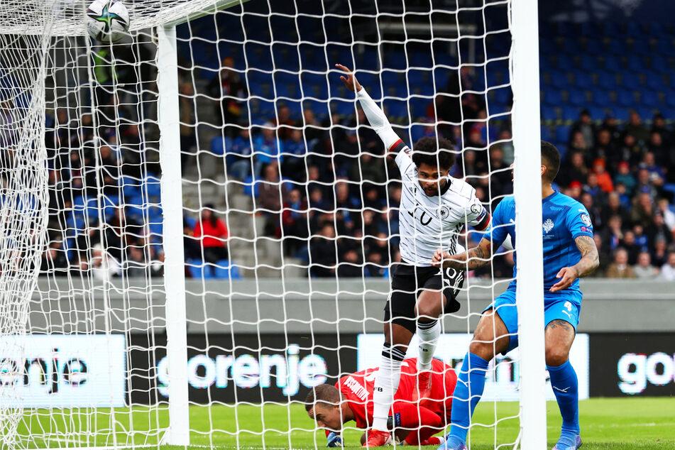 Die frühe Führung: Serge Gnabry (M.) drückt den Ball aus vier Metern zum 1:0 für Deutschland ein.