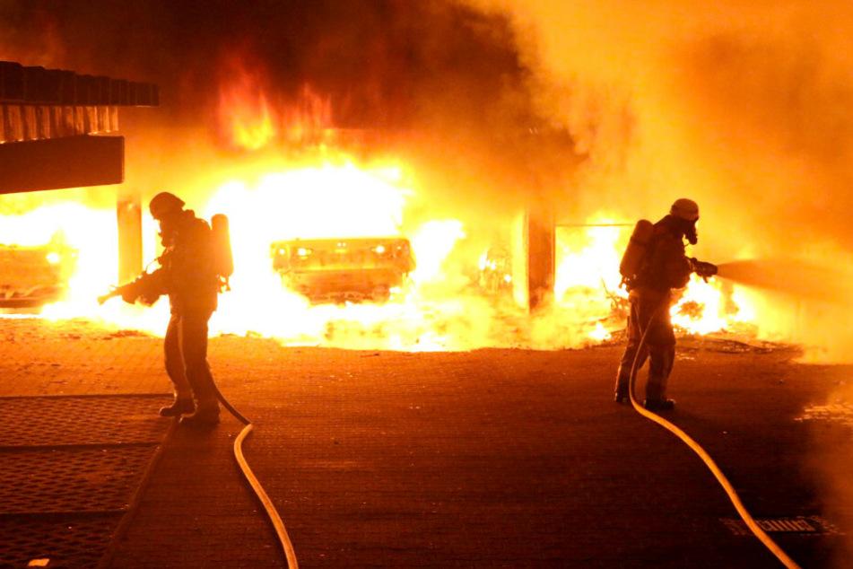 Sechs Autos standen in Flammen.