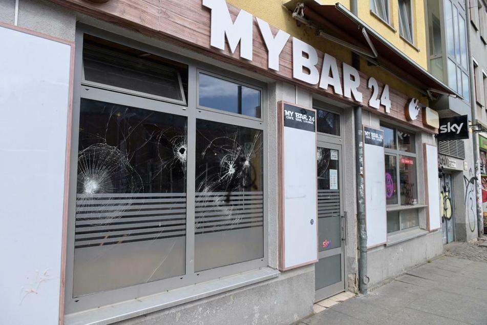 Die Schaufenster der MyBar 24 wurden erheblich beschädigt.