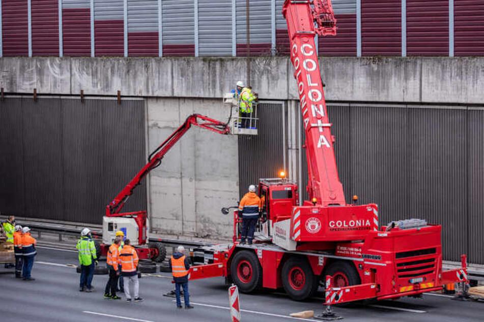 Im November 2020 untersuchten Ermittler auf der A3 bei Köln die Aufhängung einer ersten entfernten Betonplatte. Jetzt wurden die Schallschutzwände endlich gesichert.