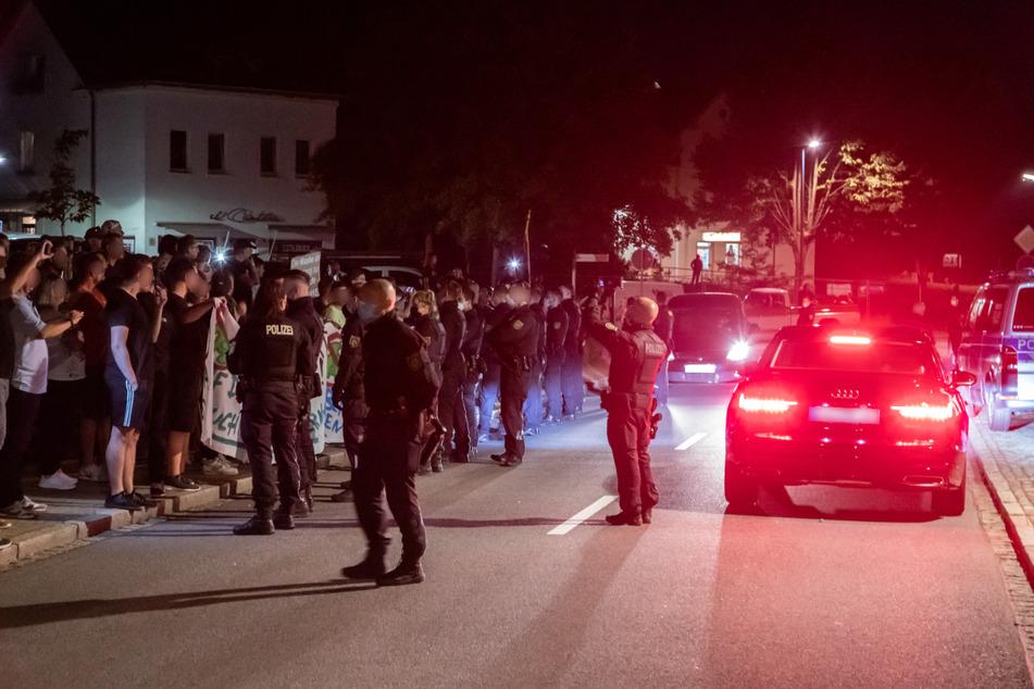 Am Dienstagabend versammelten sich ungefähr 150 Demonstranten in Oelsnitz auf der Hauptstraße. Bei der Ankunft der Politiker sicherte die Polizei die Straße ab.