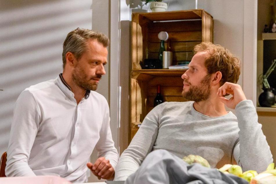 Florian (Arne Löber, 28, r.) kommt auf die Idee einer Überraschungsparty für Erik (Sven Waasner, 41) zu veranstalten.