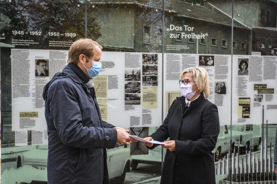 """Kulturministerin Barbara Klepsch (55, CDU) übergibt Jürgen Renz (46, SPD), dem Vorsitzenden des Vereins """"Lern- und Gedenkort Kaßberg-Gefängnis"""", den Fördermittelbescheid."""