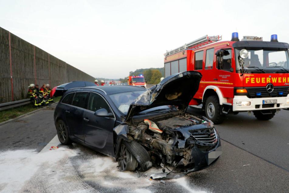 Die Autos wurden in die Leitplanke geschleudert und blieben mitten auf der Autobahn stehen.
