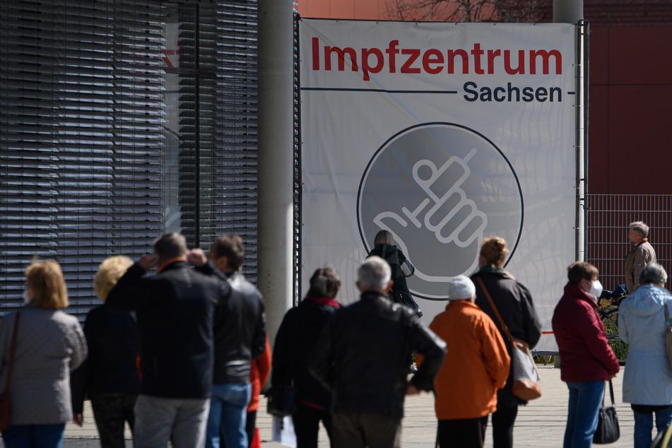 Menschen warten vor dem Impfzentrum Sachsen an der Messe Dresden am Montag.