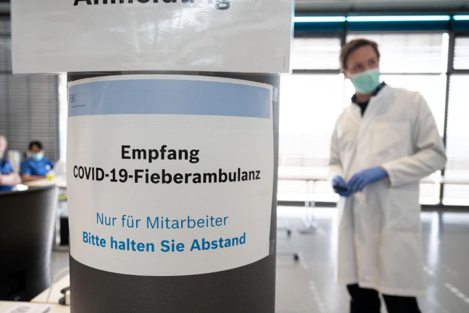 Stuttgart: Ein Medizinisch-Technischer Assistent steht im Robert-Bosch-Krankenhaus (RBK) in der Covid-19-Fieberambulanz.