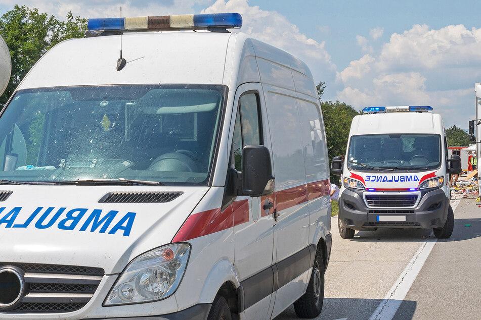 Rettungswagen stehen an einer Unfallstelle bereit. Im türkischen Konya mussten sie zweimal zu verunglückten Reisebussen ausrücken (Symbolbild).