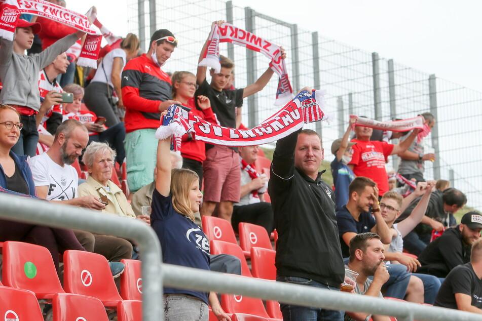 Hoch die Schals! Die FSV-Fans dürfen wieder ins Stadion.