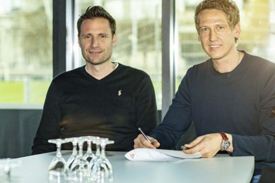 Frank Fahrenhorst (42) unterschreibt einen langfristigen Vertrag beim VfB. Links neben ihm sitzt Thomas Krücken, der Stuttgarter Direktor Sport im Nachwuchsleistungszentrum.