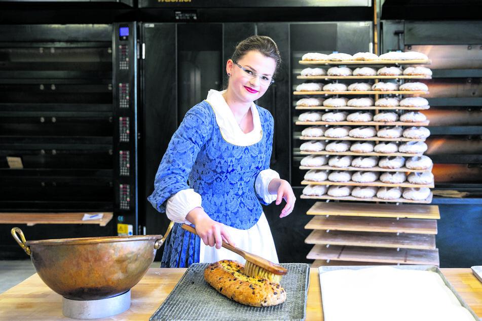 Wenn schon kein Stollenfest stattfindet, bäckt Stollenmädchen Johanna Meitzner (21) wenigstens fleißig Christstollen, die in der Adventszeit zu Tausenden über die Ladentheke gehen.