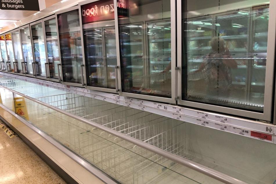 Die leere Wurst- und Burgerabteilung des Tiefkühlregals im Sainsbury-Supermarkt im Arnison Centre in Durham.