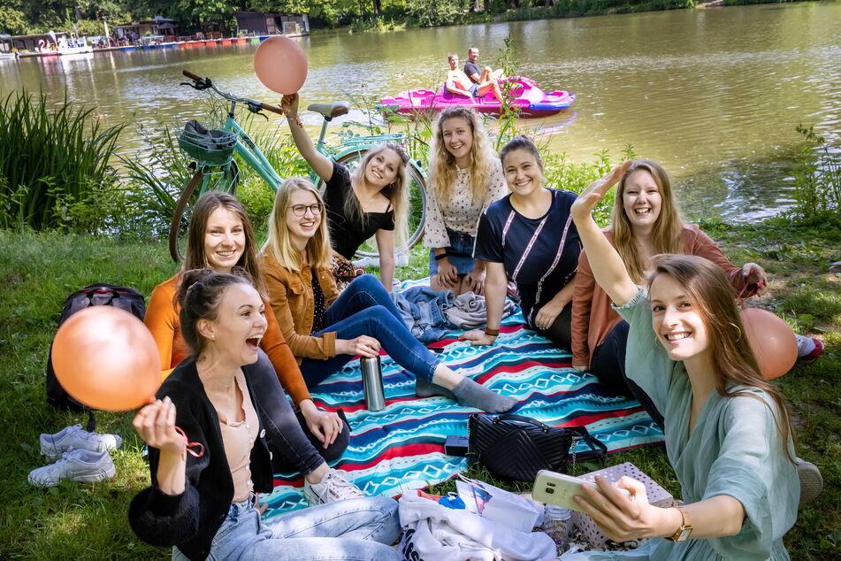 Lisa Börner (22, r.) feierte mit ihren Freundinnen am Schlossteich-Ufer in Chemnitz.