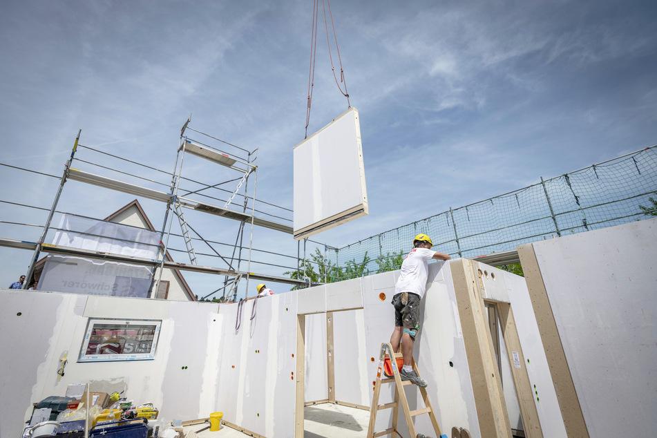 Von Januar bis Juli 2020 wurden laut BDF bundesweit mehr als 13.000 Ein- und Zweifamilienhäuser in Fertigbauweise genehmigt.
