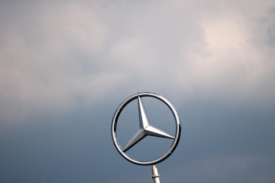 Der Mercedes-Stern ragt in den Himmel.