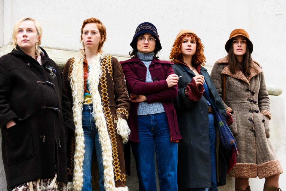 """Fünf Mitglieder der """"Women's Liberation Movement"""" um Sally (Keira Knightley, r.) und Jo (Jessie Buckley, 2.v.r.) spähen die Vorbereitungen der Misswahl aus."""