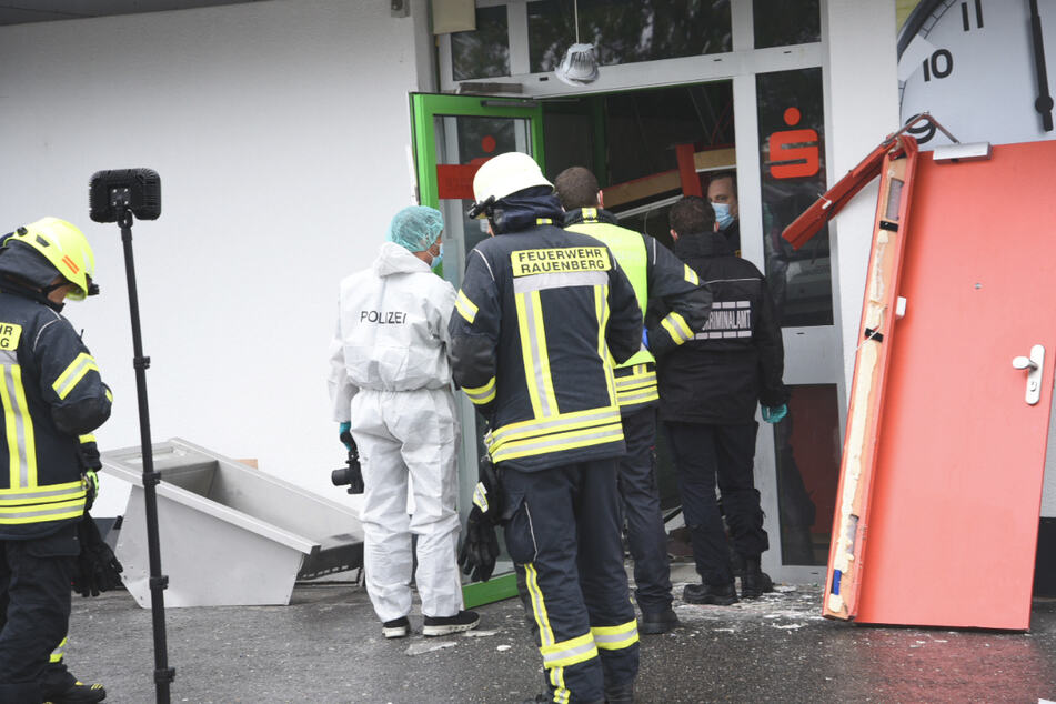 Geldautomat gesprengt: 100.000 Euro Schaden, Polizei sucht mit Hubschrauber