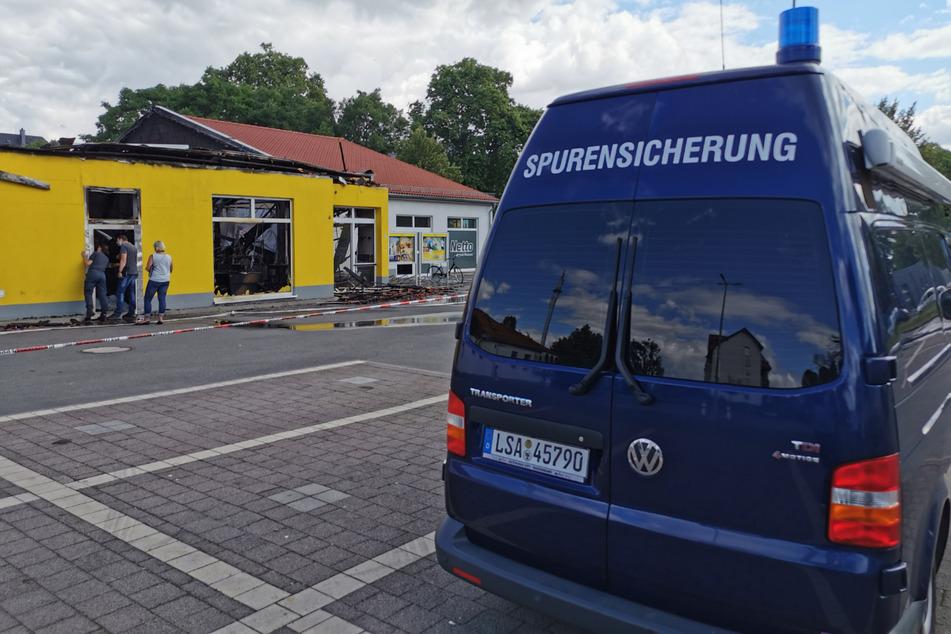 Die Spurensicherung ist am Netto-Supermarkt im Einsatz. Ob und wann die Einsatzkräfte das Gebäude betreten können, ist derzeit unklar.