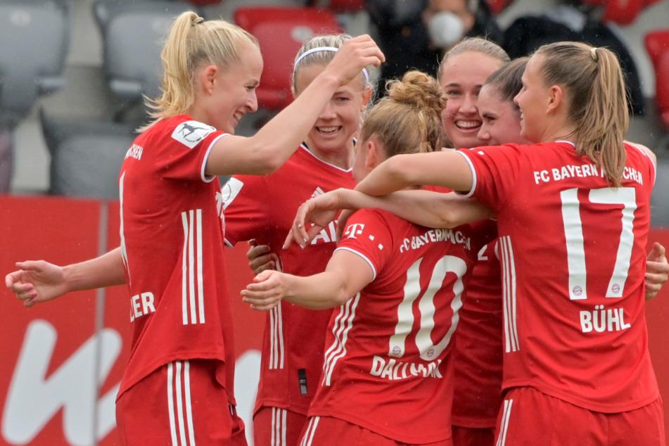 Die Spielerinnen vom FC Bayern München jubeln nach dem 2:0 durch Linda Dallmann (M, 10).