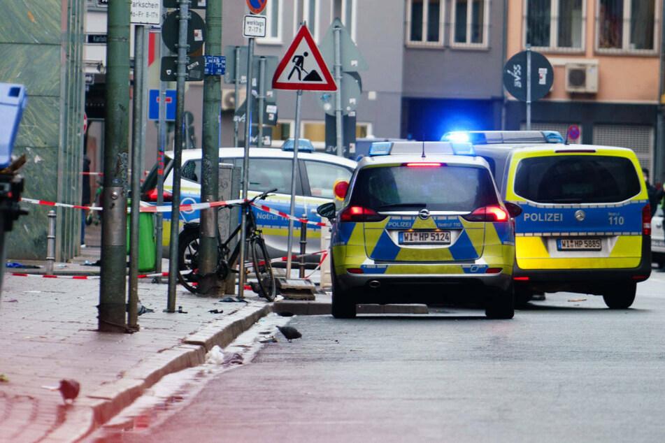 Am 26. Januar 2021 verletzte der heute 43-Jährige zwei Menschen im Frankfurter Bahnhofsviertel schwer. Eines der Opfer starb später im Krankenhaus.