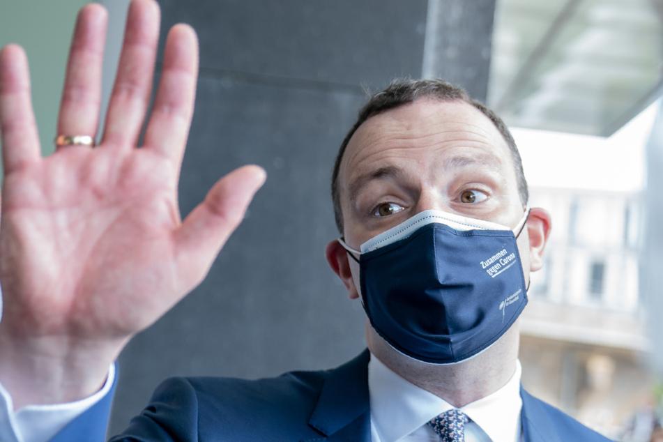 Jens Spahn (CDU), Bundesminister für Gesundheit, verabschiedet sich mit Maske nach der regelmäßigen Pressekonferenz zur Corona-Lage.