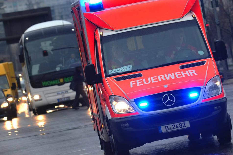 Rollstuhlfahrer nach Crash mit Mercedes-Transporter schwer verletzt