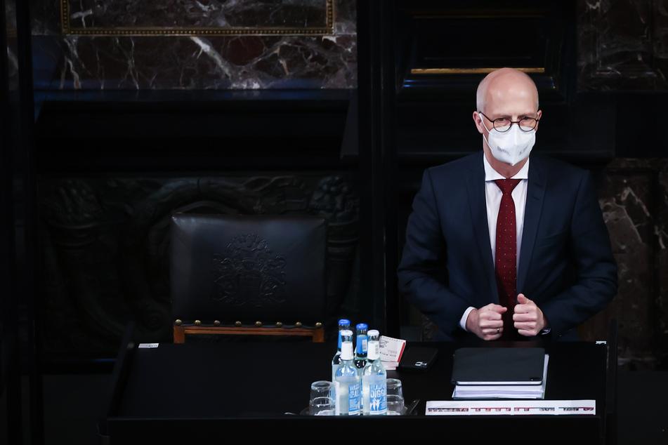 Peter Tschentscher (SPD), Erster Bürgermeister in Hamburg, trägt einen Mund-Nasenschutz bei einer Sitzung der Hamburgischen Bürgerschaft im Großen Festsaal im Rathaus.