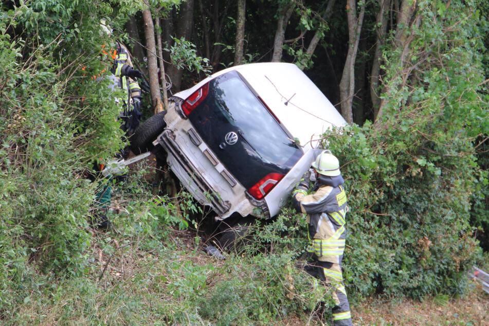 Der VW Up kam von der Straße ab, landete in der Böschung.