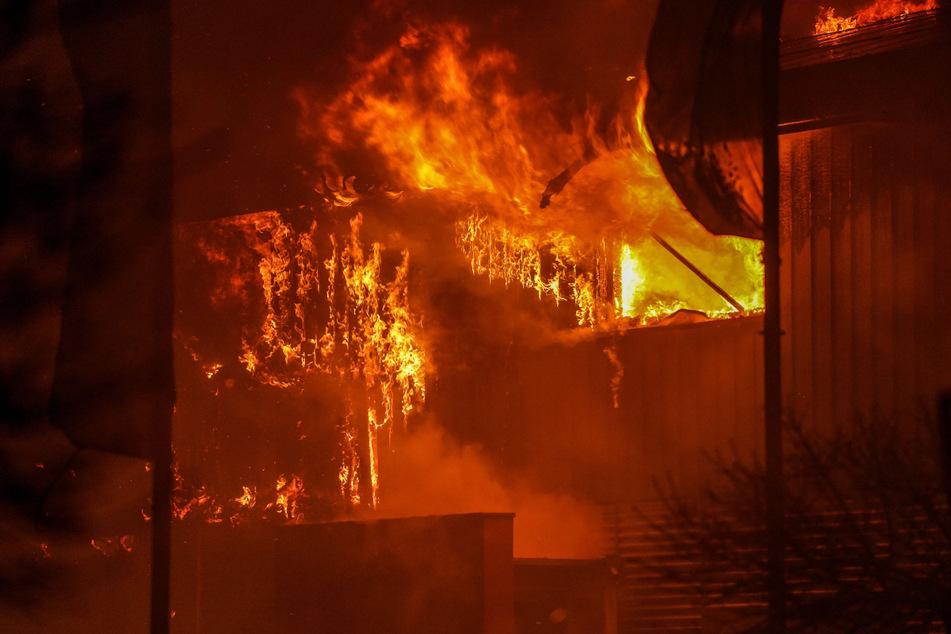 Flammen-Inferno: Halle mit Solaranlagen und Akkus fackelt ab, Schaden in Millionenhöhe