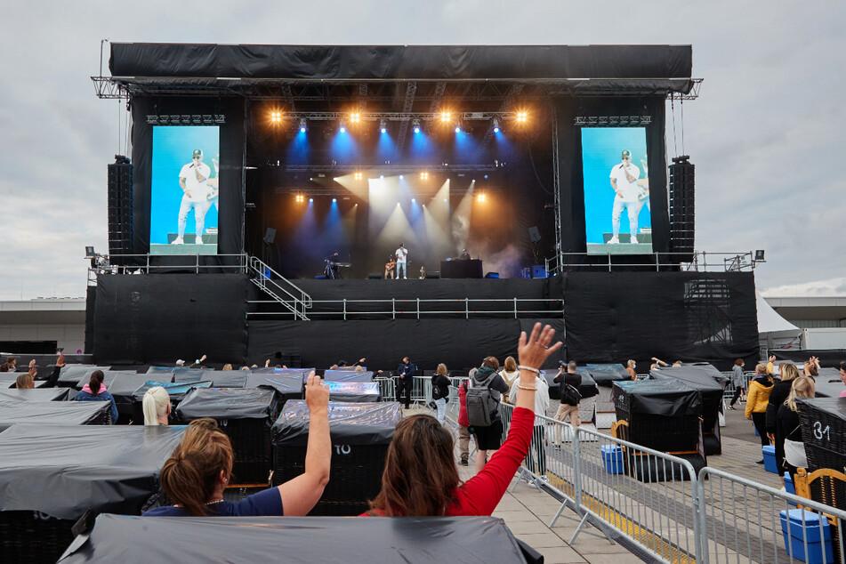 Pietro Lombardi singt am Hafen: Fans sitzen in Strandkörben