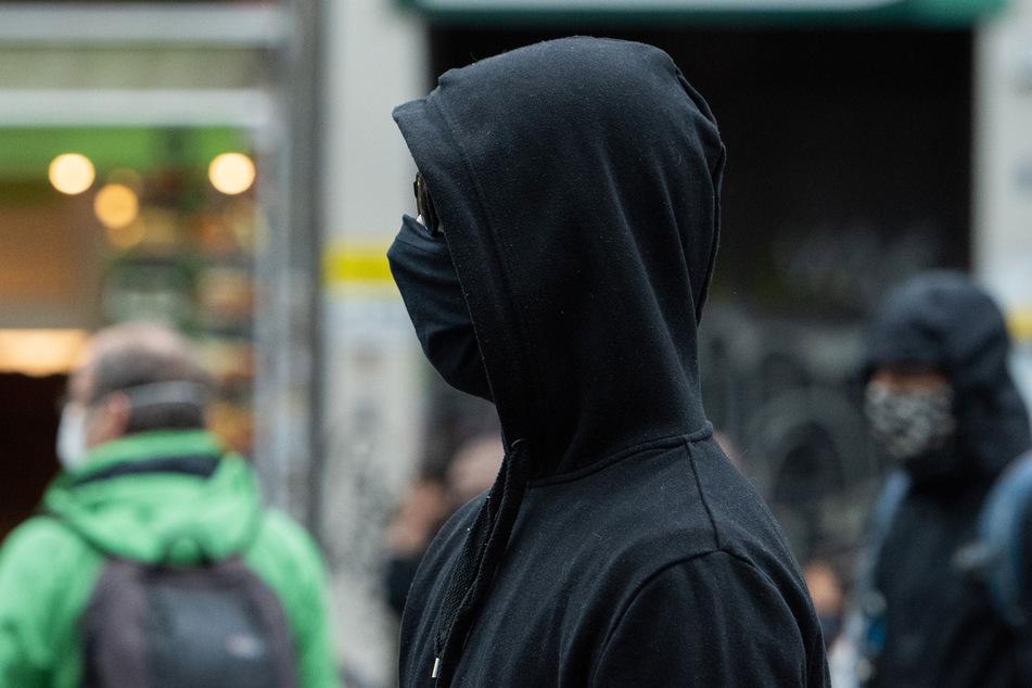 Magdeburg: Vermummte Gruppe greift Passanten an