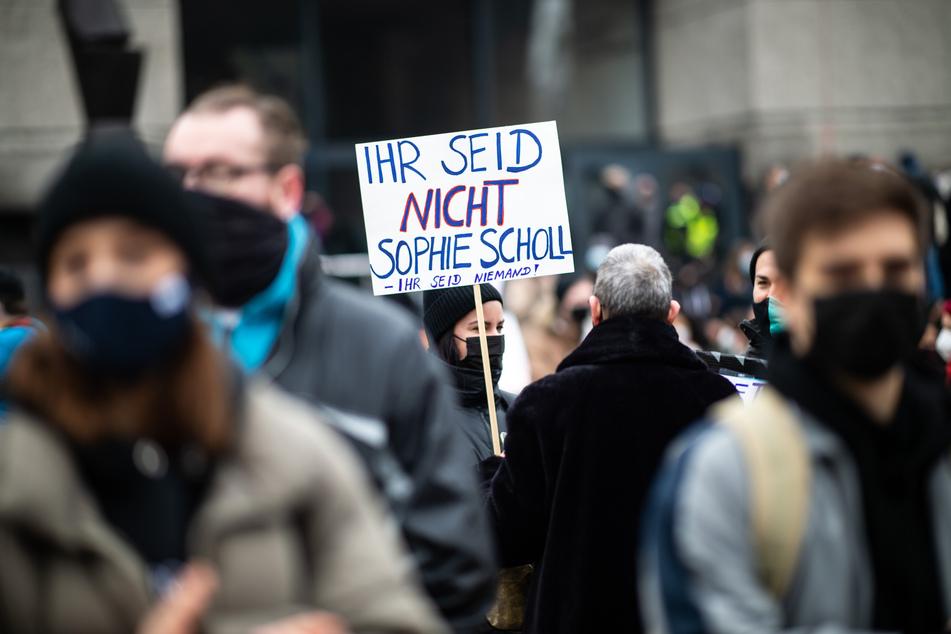 """Düsseldorf: Hunderte gehen gegen """"Querdenken""""-Demo auf die Straße"""
