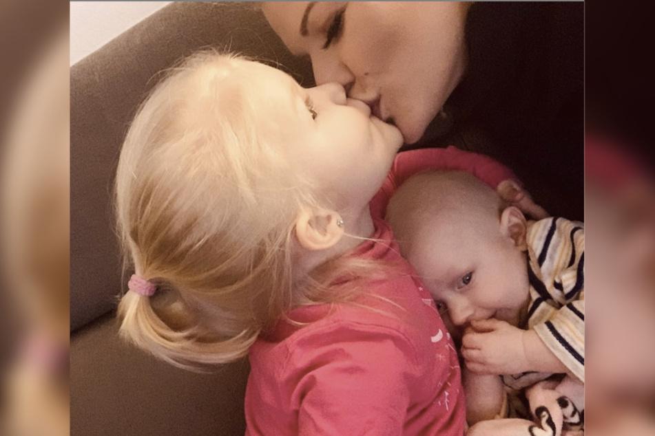 Die Partysängerin hat jetzt (unfreiwillig) mehr Zeit für ihre Kinder Mia Rose (2) und Matty (5 Monate).